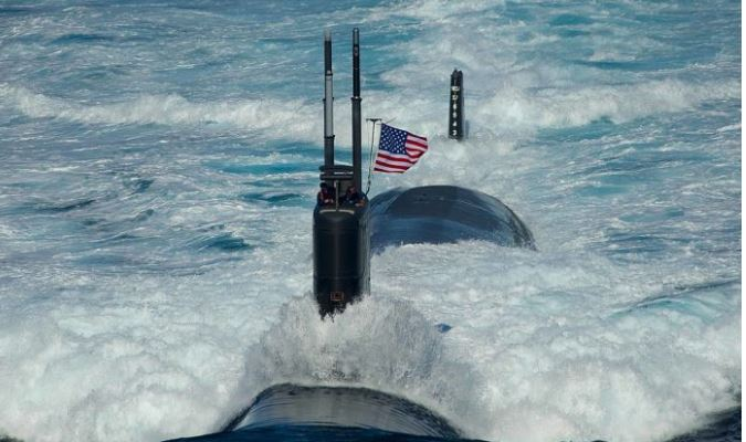En esta imagen proporcionada por la Marina de los Estados Unidos, el submarino de ataque USS Tuscon (SSN 770) de la clase de Los Ángeles transita el Mar del Este, el 26 de julio de 2010, mientras lidera una formación de 13 barcos. (Especialista en Comunicación masiva de 3ª clase Adam K. Thomas/EE. UU. Marina vía Getty Images)