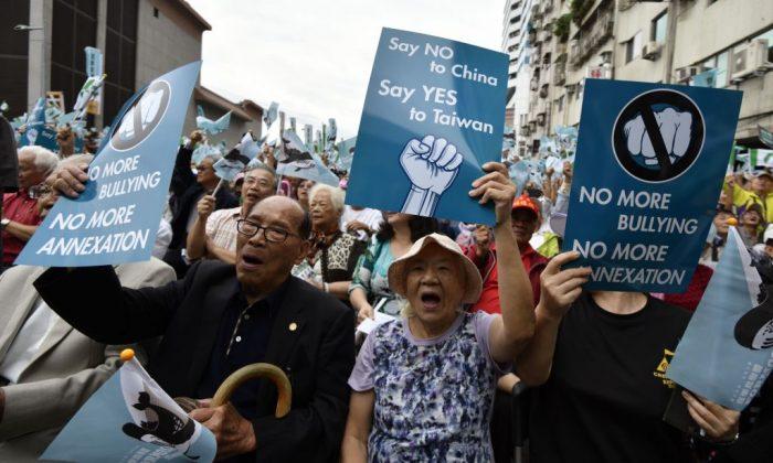 Activistas independentistas pro-taiwaneses exhiben pancartas pidiendo un referéndum durante una manifestación en Taipei, el 20 de octubre de 2018. (Sam Yeh/AFP/Getty Images)