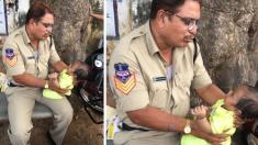 La imagen de un policía jugando con un bebé mientras la madre rinde examen desborda de ternura