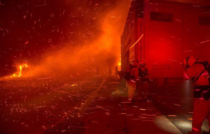 Treinta y cinco familias afectadas por el gigantesco incendio que engullió un pueblo entero en el norte de California y se cobró la vida de por lo menos 88 personas presentaron una segunda demanda judicial contra la proveedora de electricidad PG&E, informaron hoy medios locales. EFE/ Peter Dasilva