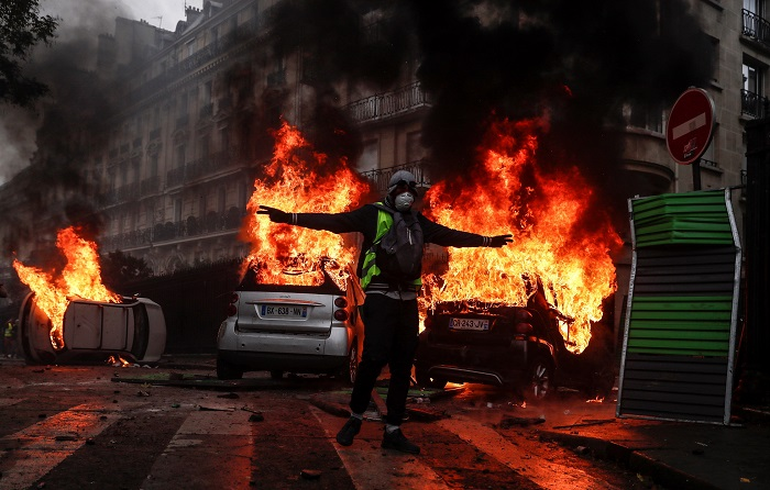 """El fiscal de París, Rémy Heitz, apuntó hoy que 378 personas permanecen detenidas bajo custodia policial tras los violentos disturbios que se registraron ayer durante la manifestación de """"chalecos amarillos"""", un número extraordinario que ha obligado a repartirlos en comisarías de toda la región parisina. EFE/Etienne Laurant"""