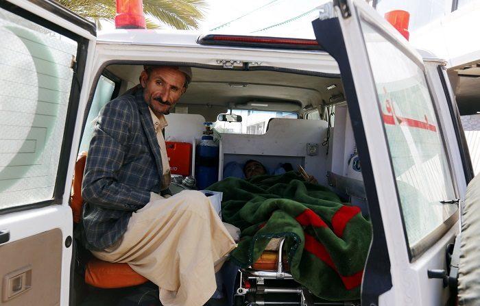 Los rebeldes heridos son evacuados de Yemen mientras se preparan las consultas de paz El enviado especial de la ONU, Martin Griffiths (c), a su llegada al aeropuerto internacional de Saná, Yemen, hoy, 3 de diciembre de 2018. EFE