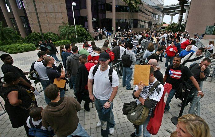 Fotografía muestra a centenares de personas desempleadas mientras esperan en una fila para solicitar un empleo en el cuerpo de bomberos de Miami, Florida (EEUU). EFE/JOHN WATSON-RILEY/ARCHIVO