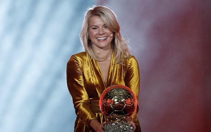 Ada Hegerberg del Olympique Lyonnais sostiene su trofeo Balón de oro, en la ceremonia de entrega de premios para los mejores futbolistas europeos del año, en París, Francia, el 3 de diciembre de 2018. EFE / YOAN VALAT