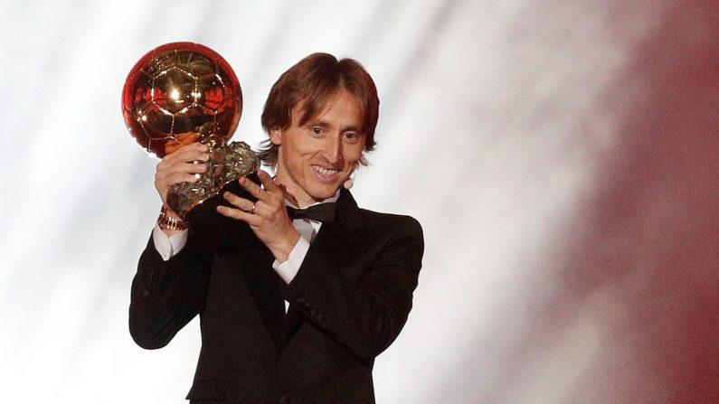 EPA998. PARIS (FRANCE), 03/12/2018.- Luka Modric del Real Madrid sostiene su trofeo del Balón de oro, en la ceremonia de entrega de premios para los mejores futbolistas europeos del año, en París, Francia, el 3 de diciembre de 2018. EFE / YOAN VALAT