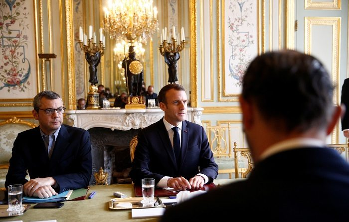 """El Gobierno francés va a anunciar hoy que renuncia a una nueva subida de los impuestos sobre los carburantes a partir de enero, que fue la primera de las reivindicaciones de los """"chalecos amarillos"""" cuyas protestas han derivado en una crisis social sin precedentes.(Protestas, Francia) EFE/EPA/STEPHANE MAHE / POOL MAXPPP OUT"""