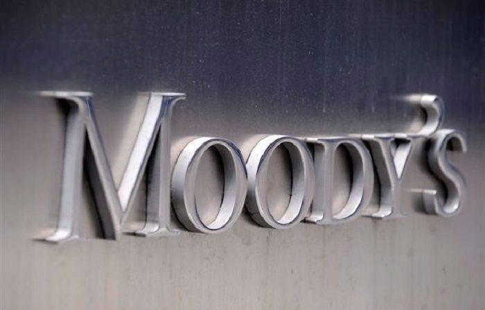 """Fotografía de archivo del 13 de julio de 2011 del logo de la agencia de calificación Moody's en la fachada de su sede en Nueva York (EEUU). Moody's rebajó hoy, lunes 19 de noviembre de 2012, la calificación de la deuda de Francia desde la matrícula de honor o """"Aaa"""" hasta el sobresaliente alto o """"Aa1"""", con perspectiva negativa, lo que atribuyó entre otras cuestiones a los desafíos estructurales que afronta su economía. EFE/ARCHIVO/ANDREW GOMBERT"""