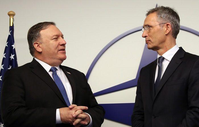 El secretario de Estado de EEUU, Michael Pompeo (i), conversa con el secretario general de la OTAN, Jens Stoltenberg (d), durante un evento en el espacio Concert Noble, en Bruselas (Bélgica), hoy, 4 de diciembre de 2018. EFE