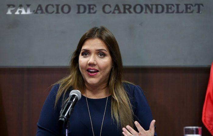 """La vicepresidenta de Ecuador, María Alejandra Vicuña, habla hoy, martes 27 de noviembre del 2018, en el Palacio de Gobierno, en Quito (Ecuador). Vicuña se defendió de las acusaciones de supuesta corrupción que un político opositor presentó en su contra y dijo que demostrará ante la justicia que esa acusación, basada en una noticia de televisión, es una """"infamia"""" y una """"injuria"""". EFE/José Jácome"""