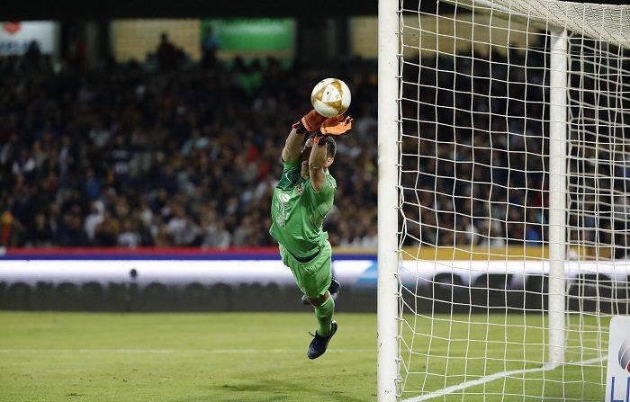 El guardameta de América Agustin Marchesin detiene un balón durante el encuentro ante Pumas hoy, durante el juego de ida de las semifinales del torneo mexicano de fútbol, celebrado en el estadio Olimpico Universitario en Ciudad de México (México). EFE/José Méndez