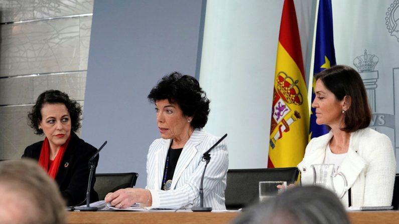 La ministra Portavoz del gobierno español, Isabel Celaá (c), la ministra de Trabajo Magdalena Valerio, y la ministra de Industria Reyes Maroto (d), durante la rueda de prensa celebrada en el Palacio de la Moncloa tras el Consejo de Ministros. EFE