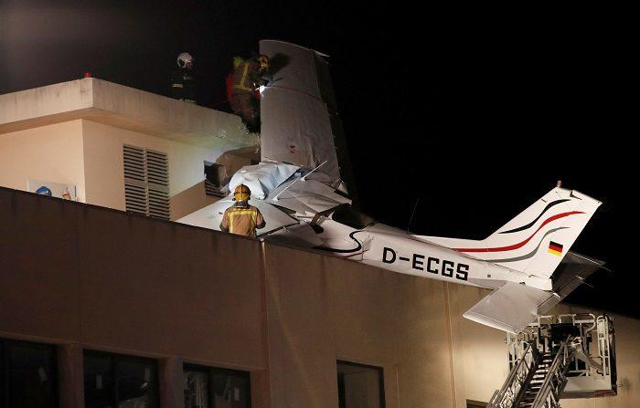 Dos personas murieron hoy al estrellarse la avioneta en la que viajaban sobre el techo de una gasolinera en una localidad cercana a Barcelona (noreste de España), cuando se disponía a aterrizar en un aeropuerto cercano. EFE