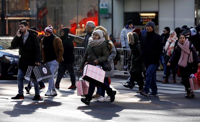 """Compradores cruzan una calle comercial durante el """"Black Friday"""" en Nueva York (EE.UU) el 23 de noviembre de 2018. El """"Black Friday"""", que se celebra un día después del Día de Acción de Gracias, marca el inicio de las compras navideñas. EFE/ Jason Szenes"""
