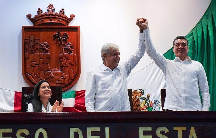 El presidente mexicano Andrés Manuel López Obrador, criticó hoy a la Suprema Corte de Justicia de la Nación (SCJN) por suspender la aplicación de la ley que impide a los funcionarios recibir un salario mensual más alto al que percibe el propio mandatario. EFE