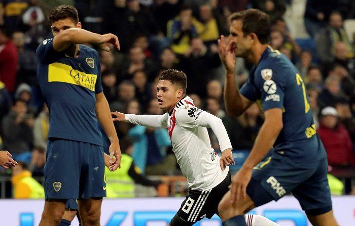 Un gol del colombiano Juan Fernando Quintero, de fantástico disparo desde el borde del área, en el minuto 109 de la prórroga, y otro de Gonzalo Martínez, en el último minuto (120) dieron la victoria y el título de campeón de la Copa Libertadores al River Plate, que derrotó este domingo (3-1) al Boca Juniors en el estadio Santiago Bernabéu de Madrid. EFE/JuanJo Martin