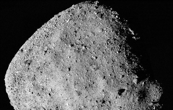 Fotografía cedida por la NASA de una instantánea mosaico del asteroide Bennu compuesta por 12 imágenes PolyCam recolectadas el 2 de diciembre por la nave espacial OSIRIS-REx desde un rango de 15 millas (24 km). La nave OSIRIS-REx, que se encuentra desde la semana pasada orbitando alrededor de Bennu, descubrió la presencia de agua en ese asteroide primitivo compuesto por las mismas moléculas que dieron origen a la vida en la Tierra, informó hoy la NASA. EFE/NASA/Goddard/University of Arizona