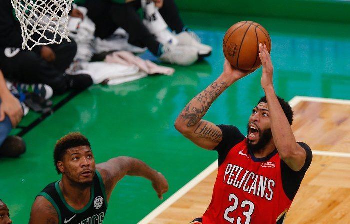 Anthony Davis (d) de New Orleans Pelicans en acción ante Marcus Smart (i) de Boston Celtics durante un partido de baloncesto de la NBA entre Boston Celtics y New Orleans Pelicans que se disputa hoy en el TD Garden de Boston, Massachusetts (EE.UU.). EFE/Cj Gunther/PROHIBIDO SU USO POR SHUTTERSTOCK