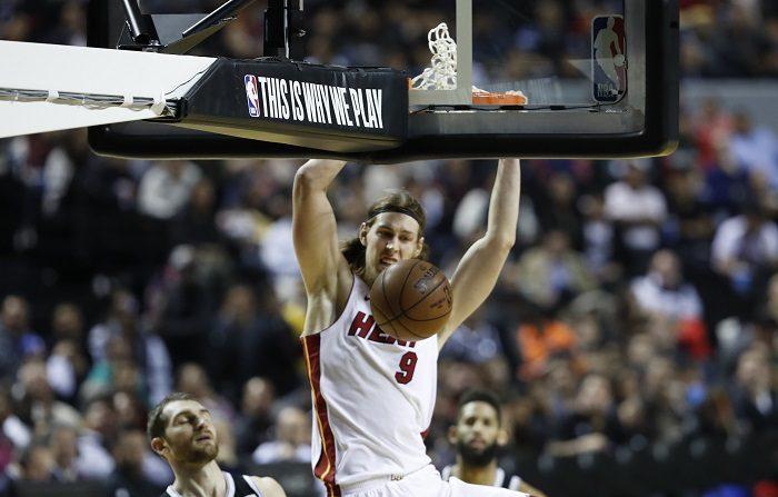 El jugador de los Heat de Miami Kelly Olynyk encesta hoy, sábado 9 de diciembre de 2017, durante un partido de baloncesto de la NBA, entre los Nets de Brooklin y los Heats de Miami, disputado en la Arena Ciudad de México, (México). EFE/Jorge Nuñez