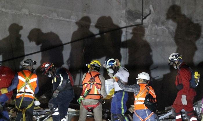 Brigadas de rescate continúan con las labores de búsqueda bajo los escombros hoy, martes 26 de septiembre de 2017, en el edificio colapsado de la avenida Álvaro Obregón de Ciudad de México (México). EFE/Ulises Ruiz Basurto