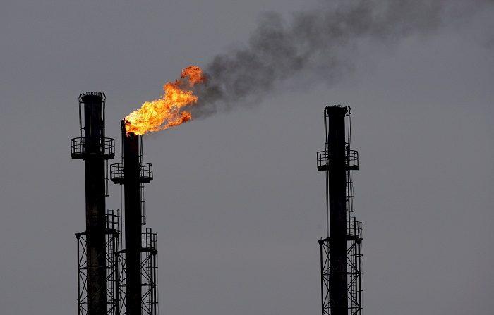 Chimeneas en la refinería de gas y petróleo de Brazi, 60 kilómetros al norte de Bucarest, Rumanía, hoy, martes 6 de enero. Según fuentes de la compañía rumana de gas Transgaz, el consorcio del gas ruso Gazprom ha dejado de bombear gas a estas instalaciones a las tres de esta madrugada (GMT 01:00). Como consecuencia de la crisis del gas entre Rusia y Ucrania, Rumanía recibe dos tercios menos de gas ruso. EFE/Robert Ghement.