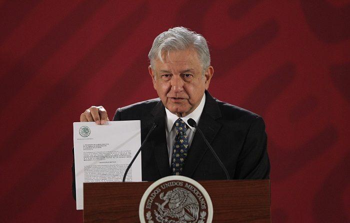 El presidente de México, Andrés Manuel López Obrador, presentó hoy una iniciativa para cancelar la reforma educativa impulsada por su predecesor, Enrique Peña Nieto, y sustituirla por una nueva que garantice la educación gratuita en todos los niveles y que irá acompañada de un pacto con los maestros. EFE