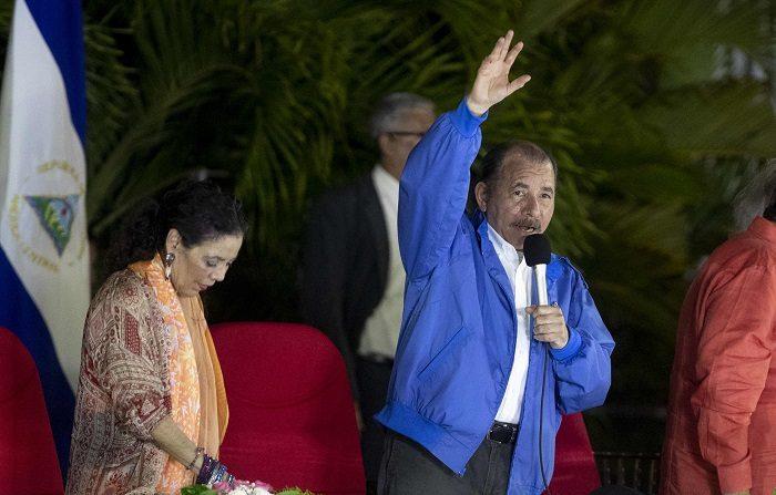 El presidente Daniel Ortega (d), habla en un discurso junto a la vicepresidenta de Nicaragua Rosario Murillo (i), durante un homenaje al fallecido comandante Carlos Fonseca Amador hoy, 08 de Noviembre de 2018, realizado en la plaza de la revolución en Managua (Nicaragua). EFE/Jorge Torres.