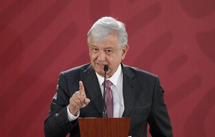 El presidente de México, Andrés Manuel López Obrador, ofrece hoy una rueda de prensa en el Palacio Nacional, en Ciudad de México (México). Obrador informó que durante el día de hoy enviará una iniciativa al Senado para reformar la Constitución y suprimir el fuero de los presidentes del país para que puedan ser juzgados por cualquier delito. EFE/José Méndez