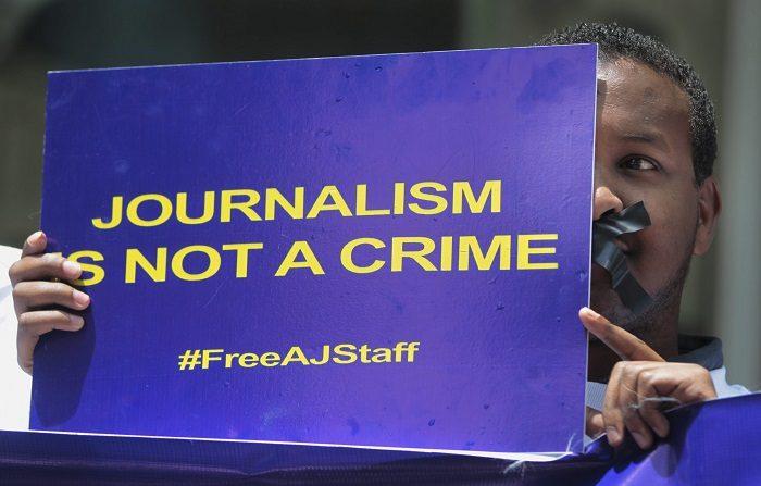 Manifestantes protestan a favor de la liberación de los periodistas de Al Yazira encarcelados en Egipto durante una manifestación en Nairobi (Kenia) hoy, jueves 27 de febrero de 2014. El juicio contra una veintena de periodistas vinculados con el canal catarí Al Yazira celebrará su próxima vista el 5 de marzo. Todos ellos están acusados de difundir noticias falsas sobre Egipto y de colaborar con los Hermanos Musulmanes. EFE/Dai Kurokawa