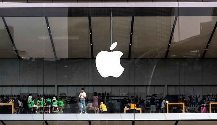 Vista de la tienda Apple en Cantón, China, el 12 de julio de 2018. El presidente de Estados Unidos, Donald Trump, anunció el 10 de julio que su país impondrá aranceles del 10 por ciento en importaciones chinas por valor de doscientos mil millones de dólares. Esta tarifa afectará especialmente a los bienes de consumo. EFE/ Aleksandar Plavevski