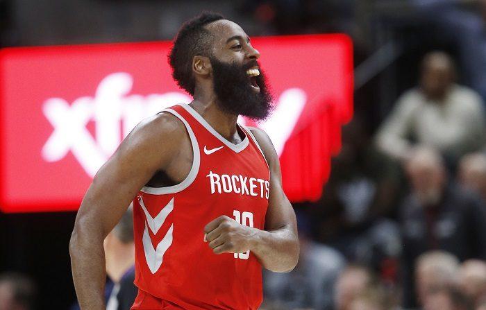 James Harden de Houston Rockets grita tras vencer a los Utah Jazz hoy, lunes 26 de febrero de 2018, durante un partido de baloncesto de la NBA que se disputa en el Energy Solutions Arena de Salt Lake City, Utah (EE.UU.). EFE/ Jeffrey D. Allred
