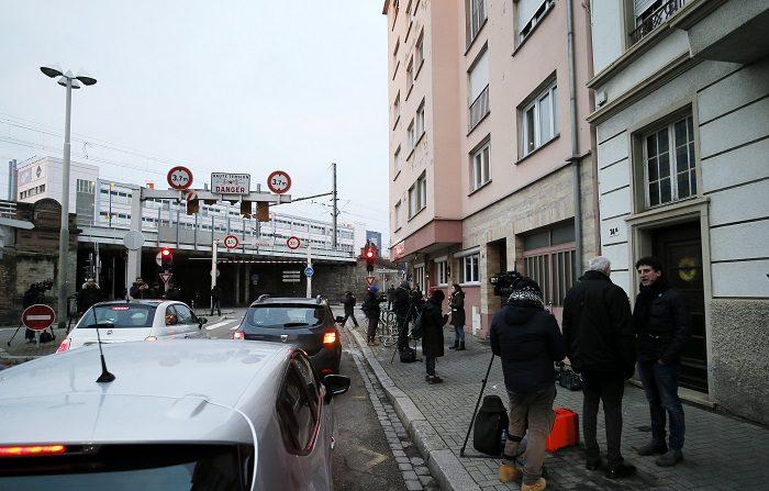 Periodistas permanecen a las puertas del edificio en la calle de Lazaret en Estrasburgo (Francia) hoy, 14 de diciembre de 2018, donde fue abatido ayer el autor del atentado en el mercadillo de Navidad. El yihadista que el martes cometió el atentado del mercado de Navidad de Estrasburgo y que fue abatido anoche por la policía en el barrio de esa misma ciudad del que era originario, no estaba integrado en una red y no contó con apoyos en su fuga, según los primeros elementos de la investigación. EFE/ Ronald Wittek