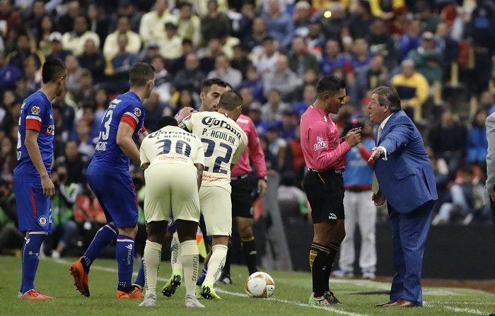 Las Águilas del América empataron hoy sin goles con el Cruz Azul en el partido de ida de la final del Apertura 2018 del fútbol mexicano que transcurrió con pocas jugadas ofensivas y escasa creatividad en el ataque. EFE