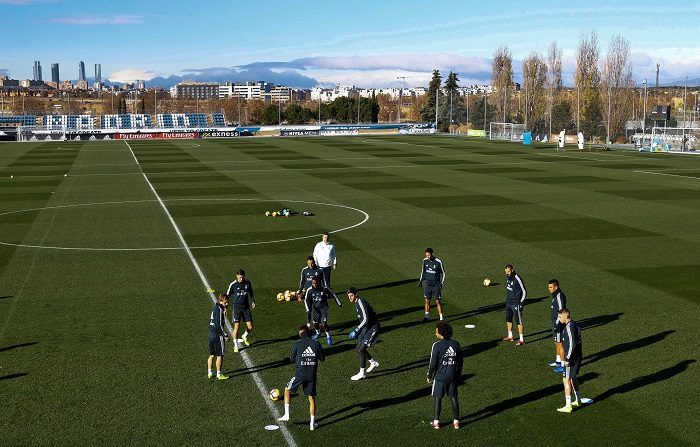 Los jugadores del Real Madrid durante el entrenamiento realizado hoy en la Ciudad Deportiva de Valdebebas para preparar el partido de la décima sexta jornada de Liga de Primera División, que el conjunto blanco disputa ante el Rayo Vallecano en el Santiago Bernabéu. EFE