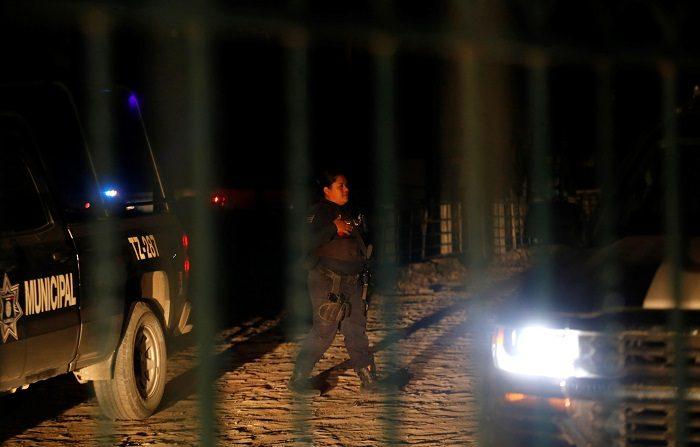 Policías municipales resguardan la zona hoy, donde fueron encontrados cuerpos sin vida en el municipio de Tlajomulco en el estado de Jalisco (México).  EFE/Francisco Guasco