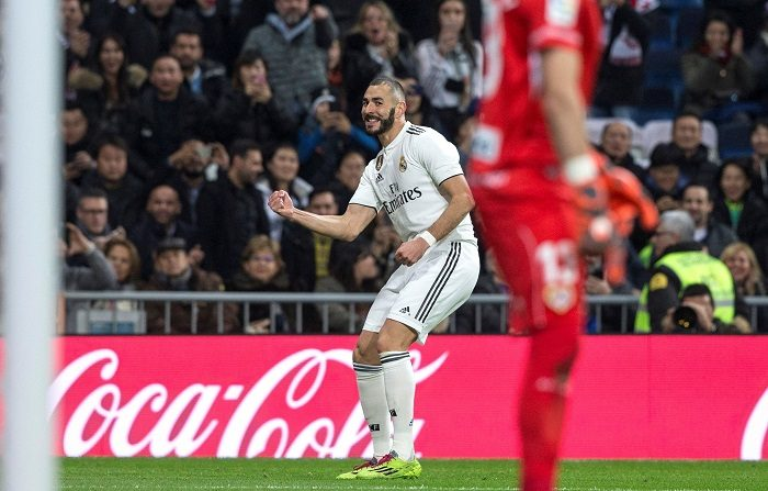 El delantero francés del Real Madrid Karim Benzema, celebra el primer gol de su equipo ante el Rayo Vallecano, durante el partido correspondiente a la jornada 16 de LaLiga Santander disputado esta noche en el estadio Santiago Bernabéu. EFE/Rodrigo jiménez