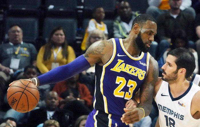 El alero estrella LeBron James volvió a mostrarse arrollador en el feudo del equipo de Michael Jordan y se exhibió con un triple-doble que ayudó a Los Ángeles Lakers a ser ya segundos en la División Pacífico y cuartos en la Conferencia Oeste. EFE