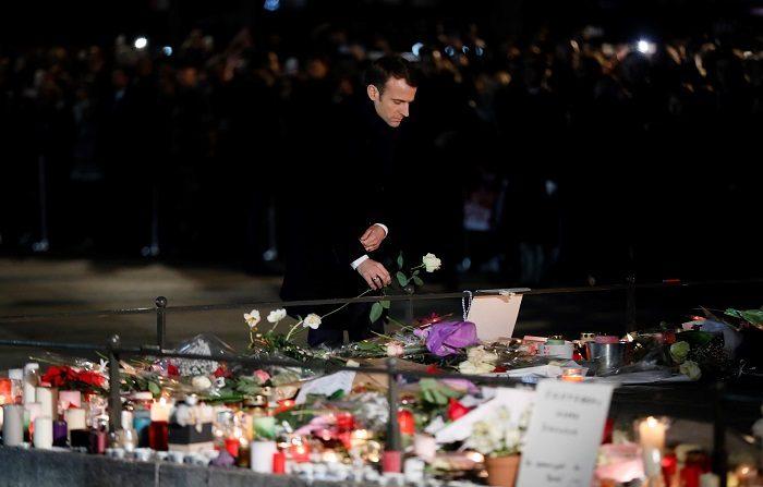 Cientos de ciudadanos homenajearon hoy en Estrasburgo a las víctimas del atentado terrorista del pasado martes en esa ciudad, que provocó cuatro muertos y doce heridos. EFE