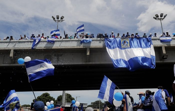 """Cientos de personas participaron en una marcha denominada """"Juntos somos patria"""" en Managua (Nicaragua), para protestar contra el gobierno del presidente Daniel Ortega, a quien responsabilizan por la muerte de cientos de manifestantes. La marcha recorrió los barrios del este de Managua, a pesar del acecho de grupos oficialistas, informaron sus dirigentes, el sábado 15 de septiembre de 2018. (Esteban Biba/EFE)"""