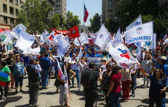 Los estibadores eventuales del puerto chileno de Valparaíso, que llevan un mes en huelga en demanda de mejoras laborales y salariales, se enfrentaron hoy por segundo día consecutivo en el centro de la urbe costera y sus dirigentes anunciaron una escalada del conflicto si no hay una solución. EFE/Alberto Peña
