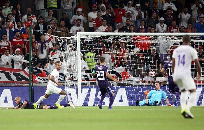 El jugador del Al Ain Caio (2i) celebra el gol conseguido ante el River Plate, durante la primera semifinal del Mundial de Clubes 2018 que se disputa en Al Ain, Emiratos Árabes Unidos. EFE