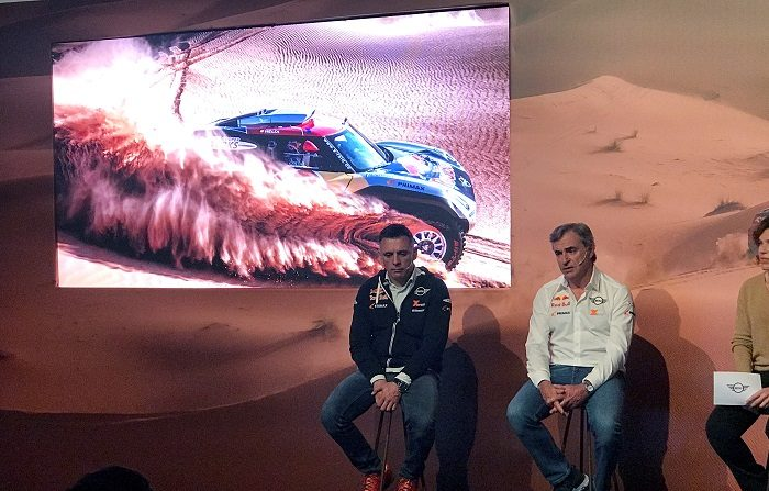 """El piloto español Carlos Sainz, doble campeón del Rally Dakar (2010 y 2018), aseguró que el bicampeón español de Fórmula Uno Fernando Alonso (en 2005 y 2006 con Renault) tiene """"capacidad para correr"""" una prueba como esta, aunque tendrá que """"tomárselo en serio"""" sobre el cambio de disciplina. EFE"""