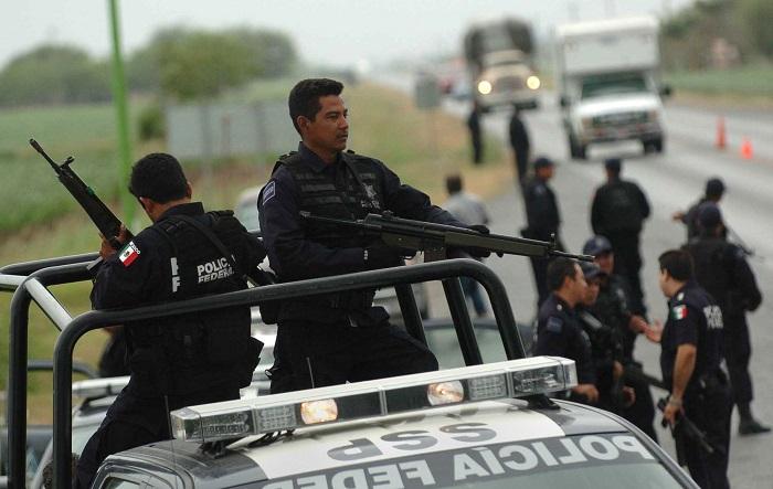 La Comisión Nacional de los Derechos Humanos (CNDH) de México y organizaciones de periodistas exigieron hoy protección a los informadores luego de que apareciera una cabeza humana frente a un periódico en Ciudad Victoria, capital del nororiental estado de Tamaulipas. EFE/Mario Guzmán
