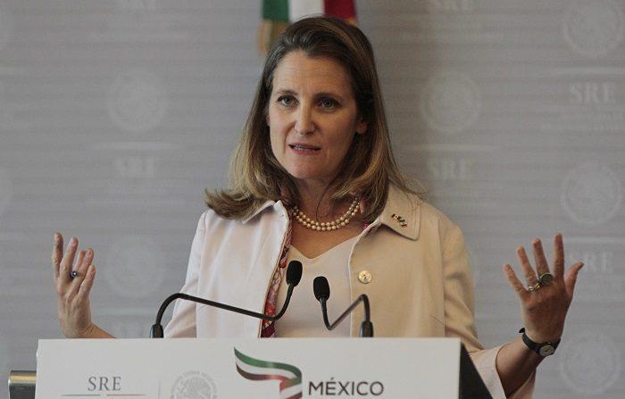 """La ministra canadiense de Exteriores, Chrystia Freeland, habla durante una rueda de prensa hoy, miércoles 25 de julio de 2018, en Ciudad de México (México). Los Gobiernos mexicano y canadiense reafirmaron hoy que la renegociación del Tratado de Libre Comercio de América del Norte (TLCAN) debe tener un resultado """"trilateral"""", que implique a México, EE.UU. y Canadá, frente a las presiones de Washington para dividir el convenio en pactos bilaterales. EFE/Mario Guzmán"""