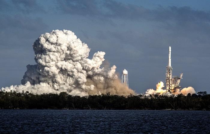 Fotografía del cohete Falcon Heavy despegando hoy, martes 6 de febrero de 2018, desde Cabo Kennedy, en Florida (EE.UU.). El gigantesco cohete Falcon Heavy, de la empresa privada SpaceX, inició hoy desde el Centro Espacial John F. Kennedy en Cabo Cañaveral (Florida) su primer vuelo, que sitió en el espacio un automóvil eléctrico Tesla, y logró además el objetivo de recuperar sus tres impulsores. EFE/CRISTOBAL HERRERA