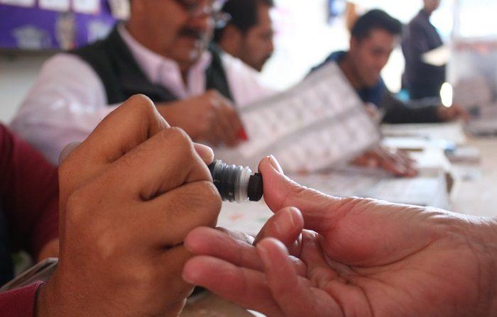 Una mujer acude a votar en Monterrey. EFE/David Martínez Pelcastre