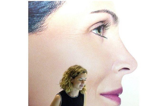 Una expositora muestra los cuidados de la piel en el XXXI Congreso Nacional de Dermatología y Venereología, donde más de 1.100 dermatólogos nacionales e internacionales participaron en el Palacio Euskalduna de Bilbao. EFE/Archivo