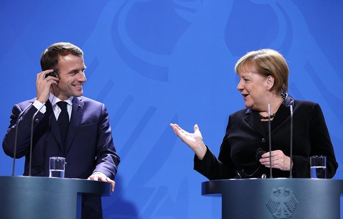 """El presidente de Francia Emmanuel Macron y la canciller alemana Angela Merkel se mostraron """"muy preocupados"""" por la actitud de Moscú en Crimea y en el estrecho de Kerch, que une los mares Negro y de Azov, donde Rusia y Ucrania han tenido disputas. EFE/EPA/OMER MESSINGER"""