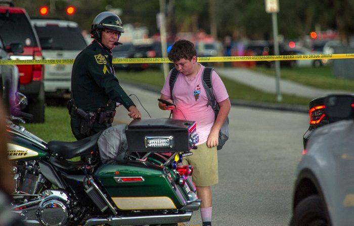 Muere chico de 14 años al dispararse una pistola en una vivienda de Florida. EFE/GIORGIO VIERA