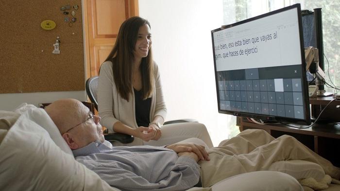 Fotografía cedida por Microsoft en la que se registró al analista de datos guatemalteco Otto Knoke (i), quien padece esclerosis lateral amiotrófica y se convirtió en la primera persona en Guatemala en usar el nuevo software de seguimiento ocular de Microsoft para Windows 10, llamado Eye Control.  EFE/Microsoft/SOLO USO EDITORIAL/NO VENTAS