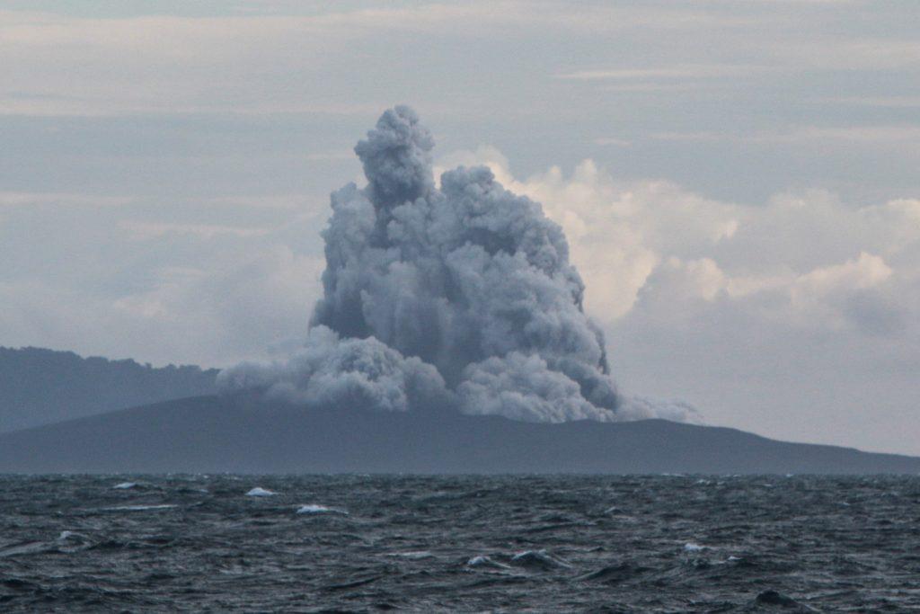 Indonesia amplía zona vedada alrededor de isla con volcán